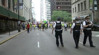 Residentes en Chicago se movilizan contra los operativos de ICE
