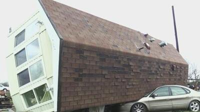 Fuertes vientos voltean una casa móvil y dejan a su propietaria con varias heridas
