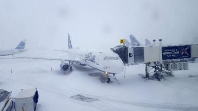 Aeropuertos JFK, LaGuardia y Newark reanudaron sus operaciones suspendidas durante el ciclón invernal