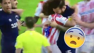 Al mejor estilo Luis Suárez: jugador mordió a un rival en Inglaterra y con el árbitro al lado