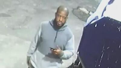 En video: Sospechoso dispara varias veces contra un hombre a las afueras de una tienda