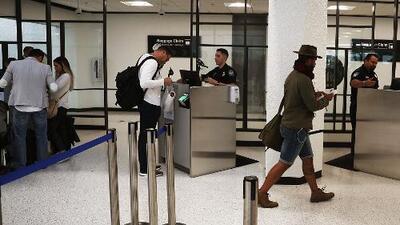 Cubanos varados en el aeropuerto de Miami por cancelación de sus vuelos a La Habana debieron regresar a sus casas