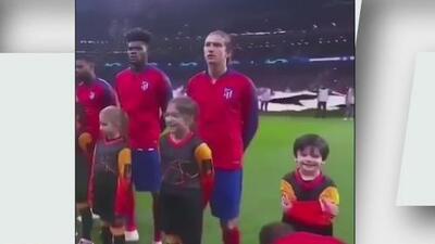 ¿El niño más feliz del mundo? Asiste a un partido de Champions y su ídolo le ata las agujetas