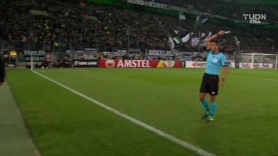 Tarjeta amarilla. El árbitro amonesta a Marcus Thuram de Borussia Mönchengladbach
