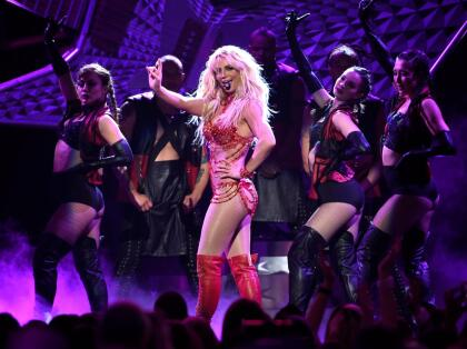 """Incluso en enero pasado,  <b><a href=""""https://www.univision.com/entretenimiento/esta-es-la-emotiva-razon-por-la-que-britney-spears-hara-una-pausa-en-su-carrera"""" target=""""_blank"""">Britney Spears anunció que suspendería</a></b> su segunda residencia en Las Vegas, 'Britney: Domination', pues la precaria salud de su padre le impedía concentrarse en otros asuntos."""