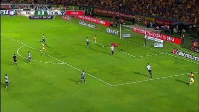 Marcelo Barovero despeja el balón y aleja el peligro