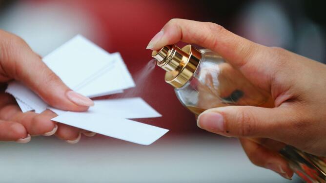 ¿Cómo hacer que el olor del perfume permanezca más tiempo en el cuerpo?