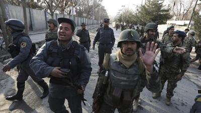 Terroristas de ISIS disfrazados de médicos matan a 30 personas en un hospital en Afganistán