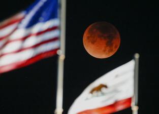 15 imágenes que muestran cómo se vio el eclipse lunar en distintas ciudades del mundo