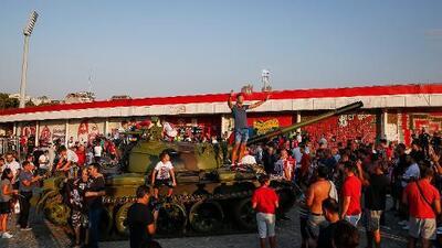 Ultras de Estrella Roja colocan tanque frente a estadio