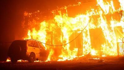 Miles de personas están bajo órdenes de evacuación por los intensos incendios que azotan el sur de California