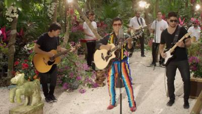 Por primera vez, Juan Gabriel accede a cantar una canción que no escribió él mismo