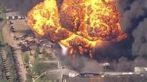 Explosiones y humo espeso: un incendio devora una planta química y deja miles de evacuados en Illinois