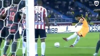 Arquero brilla al marcar el gol de tiro libre que hicieron famoso Ronaldinho y Messi