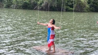 Arropada con la bandera y sobre el agua, esta cantante conmueve con un lamento que da esperanza a Puerto Rico
