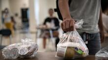 $375 para comprar alimentos: niños de bajos recursos recibirán ayuda durante el receso escolar este verano