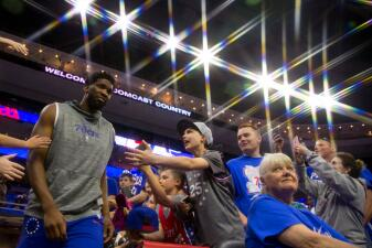 En fotos: Joel Embiid y Jimmy Butler unen fuerzas para guiar a 76ers a vencer a Raptors
