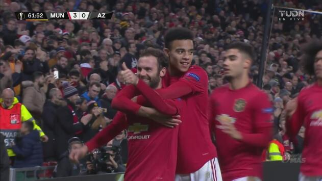 Juan Mata le da rumbo definitivo al partido al marcar el 3-0 de penalti sobre el AZ