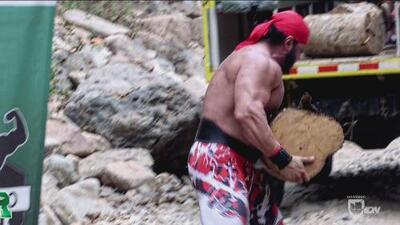 Guerrero Latino: tienen el reto de trasladar leña muy pesada a un camión en movimiento