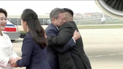 El abrazo de bienvenida de Kim Jong Un al presidente de Corea del Sur, Moon Jae-in