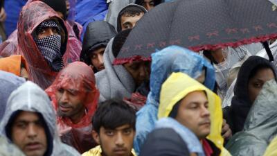 Cientos de refugiados bajo la lluvia y el frío entre Croacia y Eslovenia