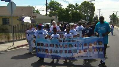 Miembros de la comunidad de Los Ángeles se unen en una caminata por la paz y piden un alto a la violencia