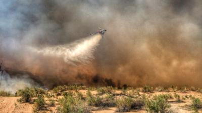 Evacuaciones por un incendio en un área fronteriza entre California y Arizona
