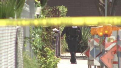 Policía de Long Beach rodea vivienda en la que al parecer se esconde un hombre involucrado en el asesinato de una mujer