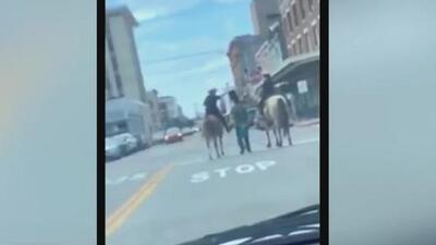 Piden que sean despedidos los oficiales que montados en caballos escoltaron por las calles de Galveston a un detenido