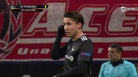 Tarjeta amarilla. El árbitro amonesta a Anders Trondsen de Rosenborg