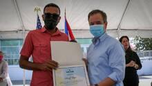 Alcalde de San Juan entrega vales de arrendamiento a personas sin hogar
