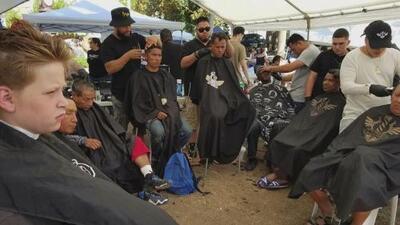 Lloyd Vernis, el veterano que brinda servicios de barbería a personas de escasos recursos