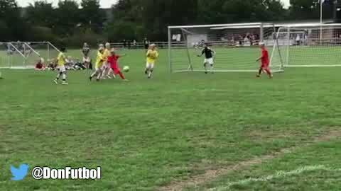 Talento de crack: el gol de un niño danés que está revolucionando las redes