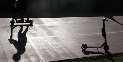 Si un usuario de 'scooters' tiene un accidente o lastima a un peatón, ¿quién cubre los gastos?