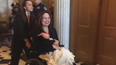 Senadora Tammy Duckworth y su bebé fueron recibidas con aplausos en el hemiciclo del Senado
