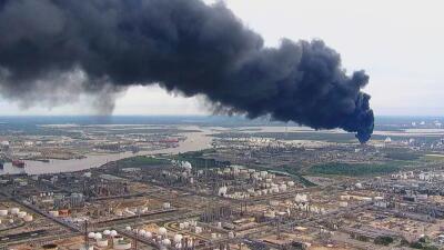 Este incendio en una planta petroquímica al sureste de Houston lleva 24 horas ardiendo