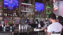 Proyecto podría permitir portar armas sin licencia en restaurantes, pero no bares y dueños de negocios reaccionan