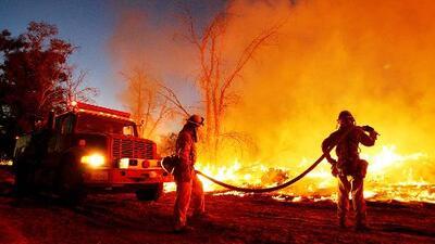 Voraz incendio amenaza a 300 casas en el centro histórico de Riverside