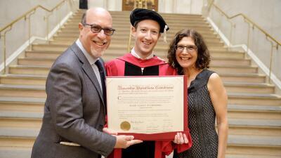 En fotos: El día en que Mark Zuckerberg (finalmente) consiguió un título de la Universidad de Harvard