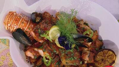 Nuestros chefs te dicen cómo elegir un pescado al comprarlo, y de paso nos preparan una cazuela de mariscos
