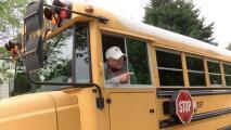 Este chofer de autobús escolar anunció su retiro tras 13 años de trabajo y se llevó una enorme sorpresa en su última ruta