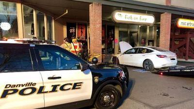 Conductor de Tesla se estrella contra restaurante en el este de la Bahía