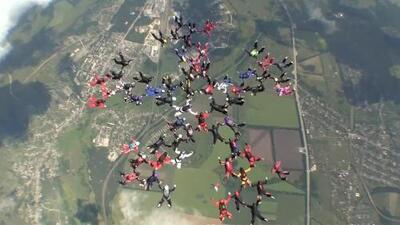 Video: Mujeres paracaidistas logran un nuevo récord mundial sobre los cielos de Ucrania