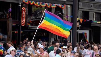 """""""Solo debe izarse una bandera, la de EEUU"""": Pence defiende la prohibición de mostrar la bandera LGBT en embajadas"""