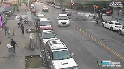 Autoridades están tras la pista del hombre que disparó varias veces en una avenida llena de transeúntes en El Bronx