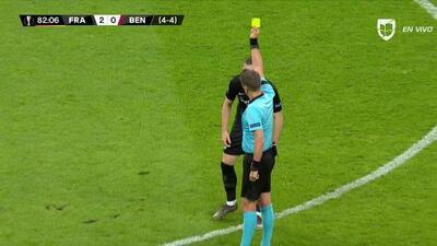 Tarjeta amarilla. El árbitro amonesta a Ante Rebic de Eintracht Frankfurt