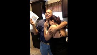 La felicidad de esta pareja hispana al obtener la 'green card' luego de 25 años en EEUU