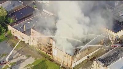 Voraces llamas consumen un tradicional edificio comercial de Chicago y mantienen a los bomberos alerta