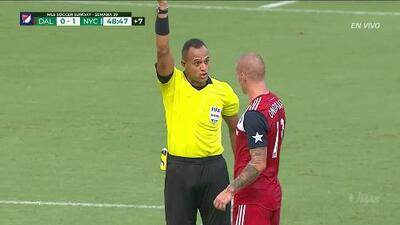 Tarjeta amarilla. El árbitro amonesta a Zdenek Ondrasek de FC Dallas
