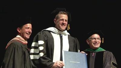 El jugador JJ Watt recibe un doctorado honorífico por sus contribuciones a la comunidad